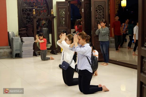 Tối 14 âm lịch, người Sài Gòn tranh thủ đi lễ chùa mùa Vu Lan báo hiếu - Ảnh 10.