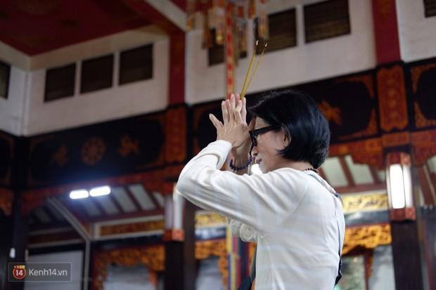 Tối 14 âm lịch, người Sài Gòn tranh thủ đi lễ chùa mùa Vu Lan báo hiếu - Ảnh 6.