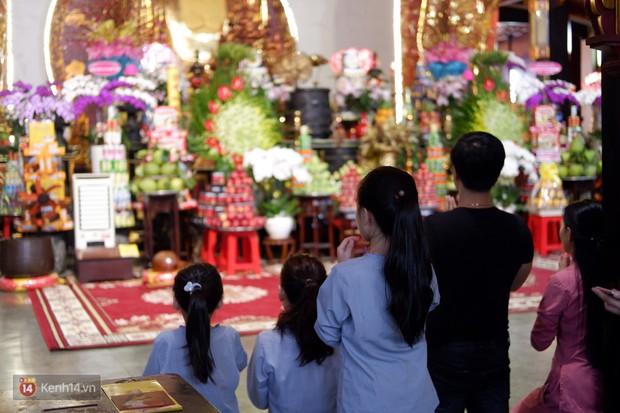 Tối 14 âm lịch, người Sài Gòn tranh thủ đi lễ chùa mùa Vu Lan báo hiếu - Ảnh 5.