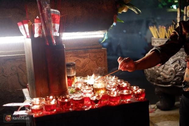 Tối 14 âm lịch, người Sài Gòn tranh thủ đi lễ chùa mùa Vu Lan báo hiếu - Ảnh 3.
