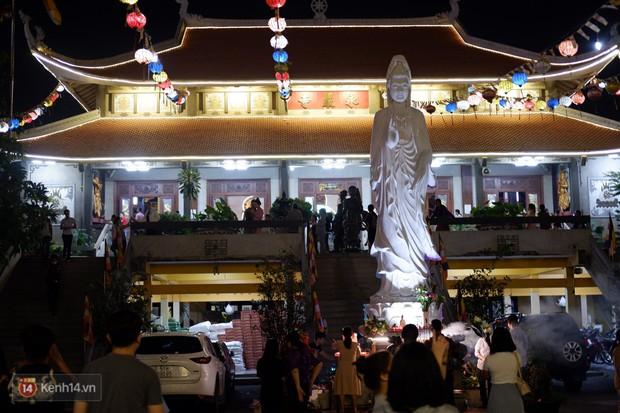 Tối 14 âm lịch, người Sài Gòn tranh thủ đi lễ chùa mùa Vu Lan báo hiếu - Ảnh 1.