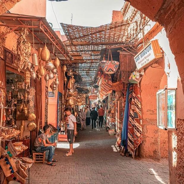 """Mặc trời nóng 46 độ, """"chị Ba"""" Ngô Thanh Vân quyết sang châu Phi khám phá chợ trời nức tiếng Maroc và ngồi… buôn dép - Ảnh 4."""