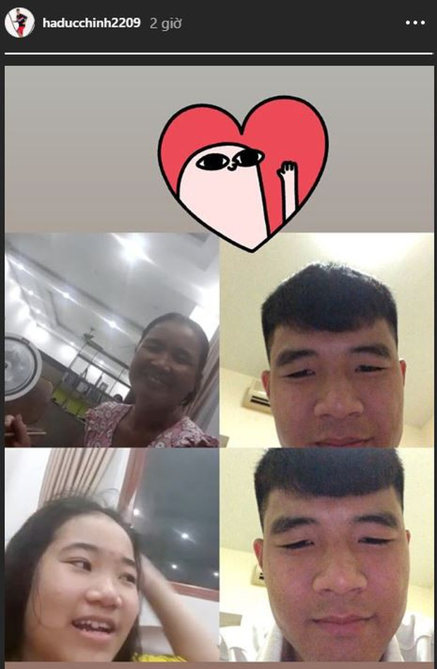 Không thể về nhà ngày Vu Lan báo hiếu, Hà Đức Chinh gọi video cho mẹ và em gái cực tình cảm - Ảnh 1.