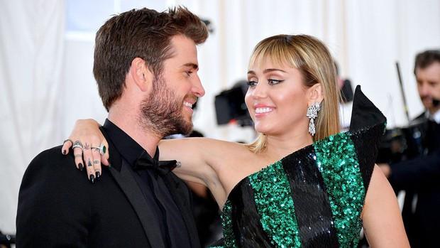 Cảm xúc Liam trước - sau khi chứng kiến Miley Cyrus hôn bạn đồng giới: Đau đớn, những tưởng có thể ở bên nhau mãi! - Ảnh 1.