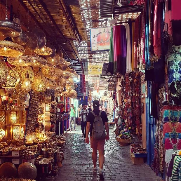 """Mặc trời nóng 46 độ, """"chị Ba"""" Ngô Thanh Vân quyết sang châu Phi khám phá chợ trời nức tiếng Maroc và ngồi… buôn dép - Ảnh 13."""
