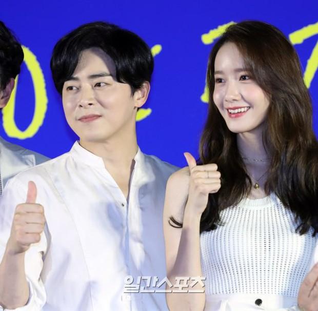 Thảm đỏ showcase gây sốt: Yoona diện áo ren lồ lộ nội y, đẹp rạng rỡ bên chồng ca sĩ Hậu duệ mặt trời - Ảnh 9.