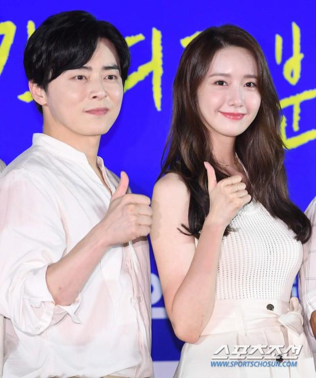 Thảm đỏ showcase gây sốt: Yoona diện áo ren lồ lộ nội y, đẹp rạng rỡ bên chồng ca sĩ Hậu duệ mặt trời - Ảnh 8.