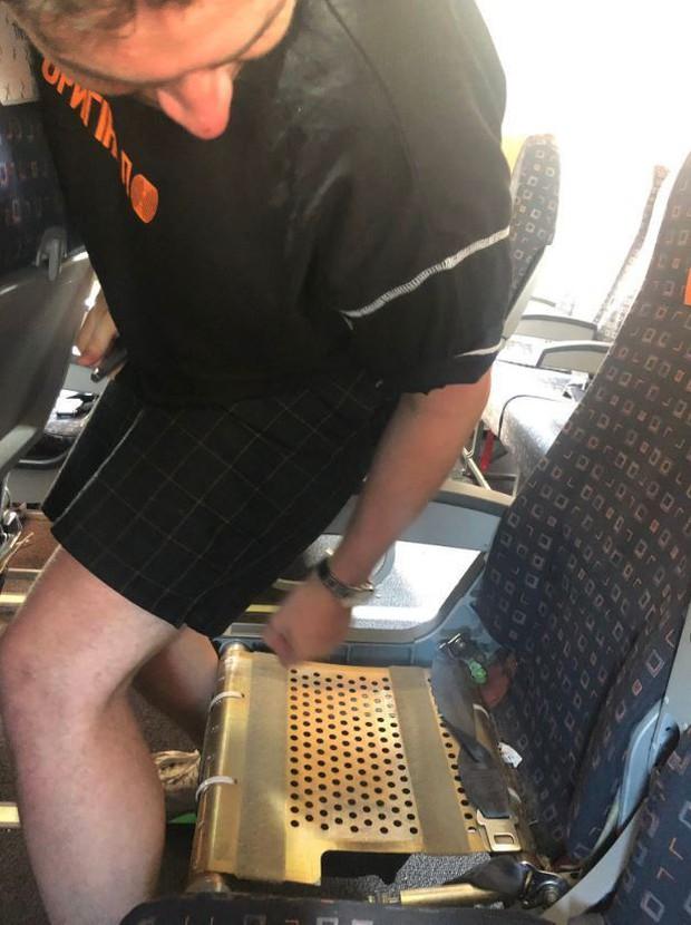 """Sau vụ """"ghế không tựa"""", hãng hàng không """"nhởn nhơ"""" nhất thế giới lại tiếp tục bắt hành khách ngồi… ghế không lót: Như vậy cũng được nữa hả? - Ảnh 2."""