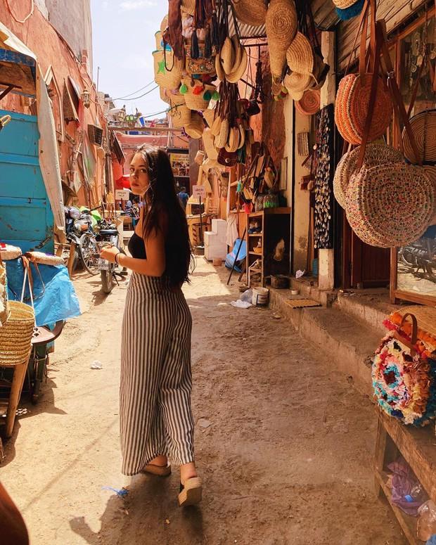 """Mặc trời nóng 46 độ, """"chị Ba"""" Ngô Thanh Vân quyết sang châu Phi khám phá chợ trời nức tiếng Maroc và ngồi… buôn dép - Ảnh 6."""