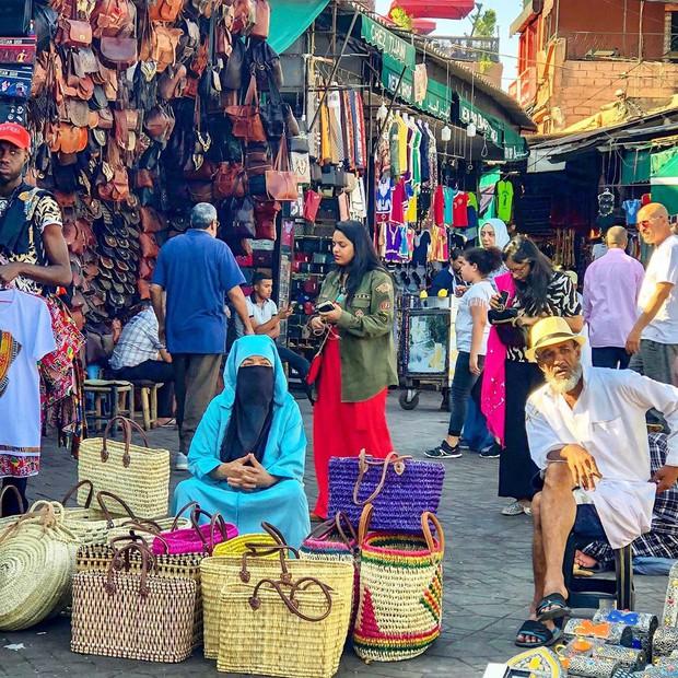 """Mặc trời nóng 46 độ, """"chị Ba"""" Ngô Thanh Vân quyết sang châu Phi khám phá chợ trời nức tiếng Maroc và ngồi… buôn dép - Ảnh 21."""