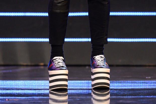 Trấn Thành suýt té sấp mặt trên sân khấu chỉ vì diện giày cao gót quá lố - Ảnh 2.