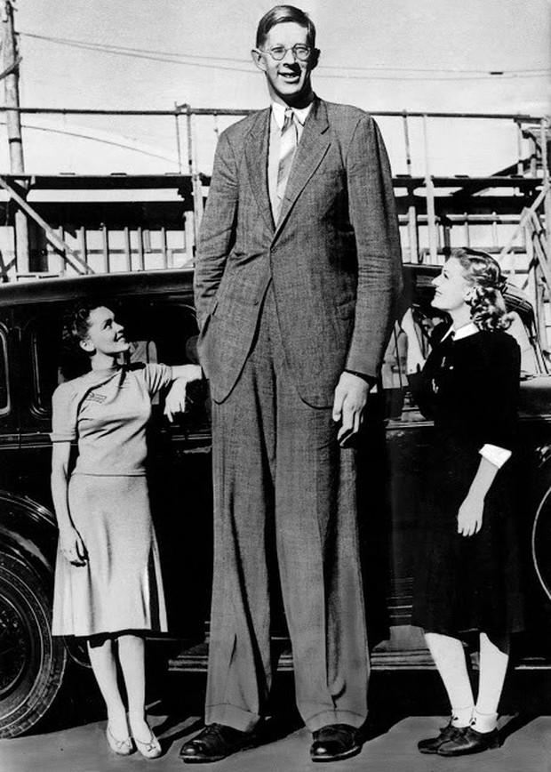 Ảnh hiếm về cuộc sống thường ngày của người đàn ông cao nhất lịch sử - Ảnh 2.