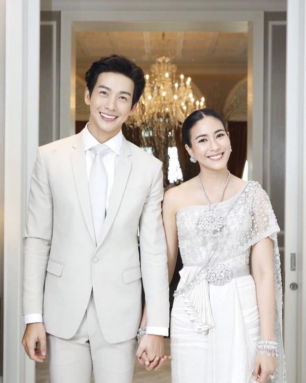 Bà xã hơn 3 tuổi của dượng Chat: Đã xinh còn mặc siêu đẹp, chẳng trách biến chồng thành nam thần chung thủy bậc nhất showbiz Thái - Ảnh 1.