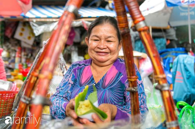 Hàng xôi sầu riêng siêu đắt bất ngờ được cả Sài Gòn biết tới, cứ 3 tiếng là bán sạch gần chục kg xôi, mấy chục kg sầu riêng, nhìn hấp dẫn đến nỗi ai cũng muốn chụp hình - Ảnh 1.