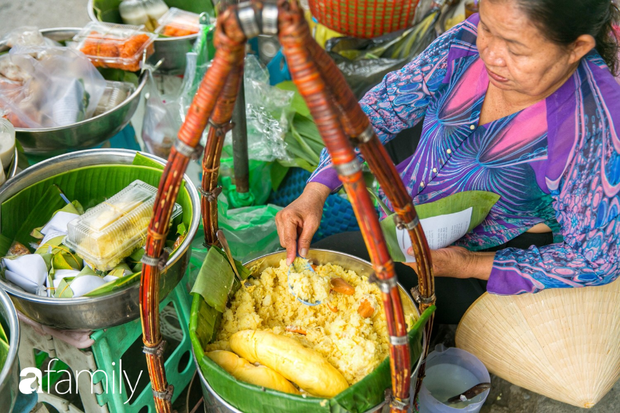 Hàng xôi sầu riêng siêu đắt bất ngờ được cả Sài Gòn biết tới, cứ 3 tiếng là bán sạch gần chục kg xôi, mấy chục kg sầu riêng, nhìn hấp dẫn đến nỗi ai cũng muốn chụp hình - Ảnh 2.