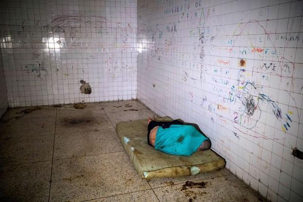 Địa ngục trần gian bên trong bệnh viện tâm thần ở Venezuela: Bệnh nhân nằm la liệt, bị bỏ mặc trong căn phòng ngập phân và rác thải - Ảnh 1.