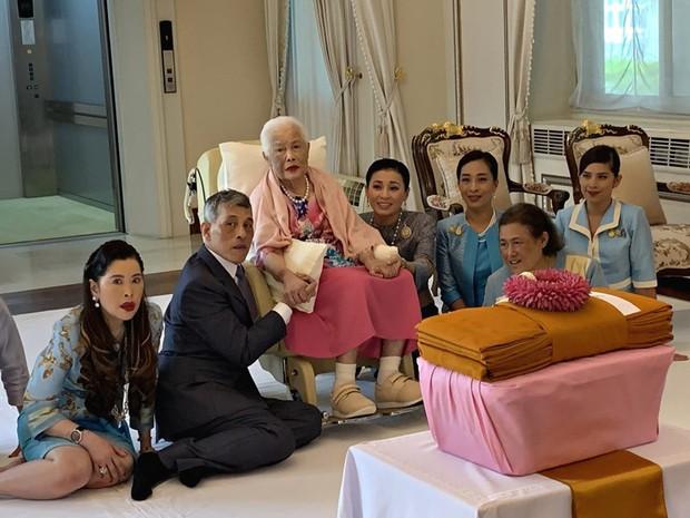Tưởng mất hút trong Quốc lễ, ai ngờ Thứ phi Thái Lan lại ngồi lặng lẽ một góc, hướng mắt nhìn về Quốc vương và chính thất - Ảnh 1.
