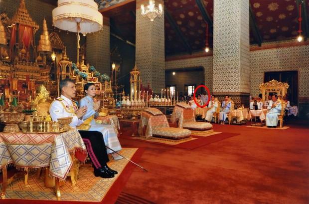 Tưởng mất hút trong Quốc lễ, ai ngờ Thứ phi Thái Lan lại ngồi lặng lẽ một góc, hướng mắt nhìn về Quốc vương và chính thất - Ảnh 2.