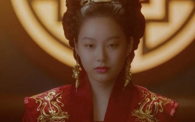 Gu bạn gái ai cũng xanh lá của quản lí khách sạn Yeo Jin Goo (Hotel Del Luna): Tánh tình cà khịa, nợ nần chồng chất! - Ảnh 9.