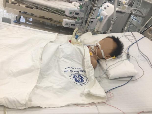 Bé trai 27 tháng tuổi nguy kịch nghi do uống thuốc hạ sốt quá liều - Ảnh 1.