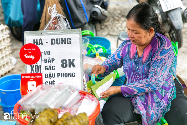 Hàng xôi sầu riêng siêu đắt bất ngờ được cả Sài Gòn biết tới, cứ 3 tiếng là bán sạch gần chục kg xôi, mấy chục kg sầu riêng, nhìn hấp dẫn đến nỗi ai cũng muốn chụp hình - Ảnh 12.