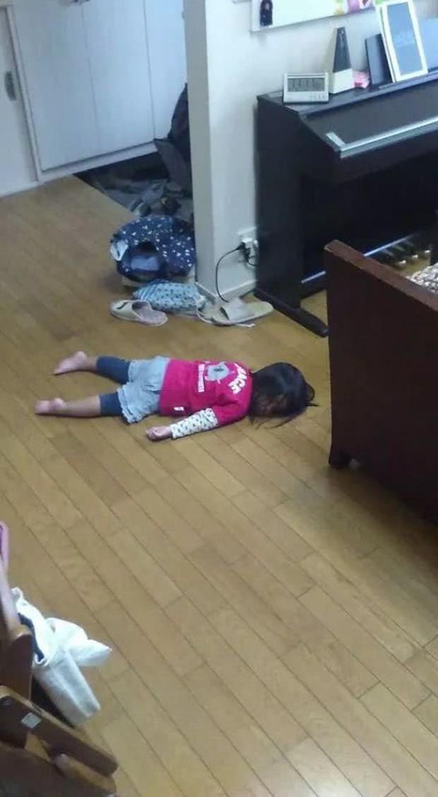 Thấy con yên ắng trong phòng khá lâu, mẹ vào tìm thì đau tim vì hiện trường như phim kinh dị - Ảnh 18.