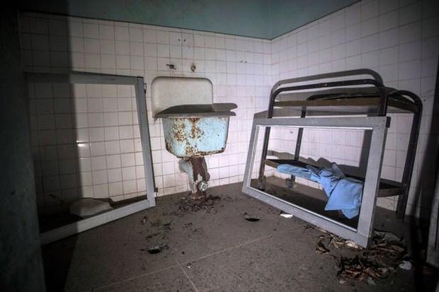 Địa ngục trần gian bên trong bệnh viện tâm thần ở Venezuela: Bệnh nhân nằm la liệt, bị bỏ mặc trong căn phòng ngập phân và rác thải - Ảnh 3.