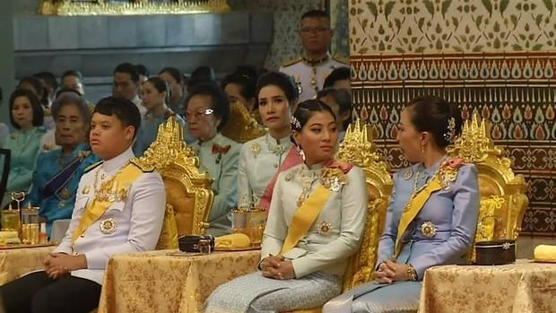 Tưởng mất hút trong Quốc lễ, ai ngờ Thứ phi Thái Lan lại ngồi lặng lẽ một góc, hướng mắt nhìn về Quốc vương và chính thất - Ảnh 3.
