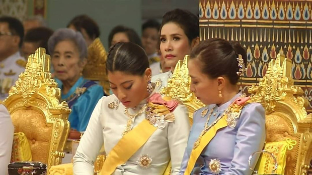 Tưởng mất hút trong Quốc lễ, ai ngờ Thứ phi Thái Lan lại ngồi lặng lẽ một góc, hướng mắt nhìn về Quốc vương và chính thất - Ảnh 4.