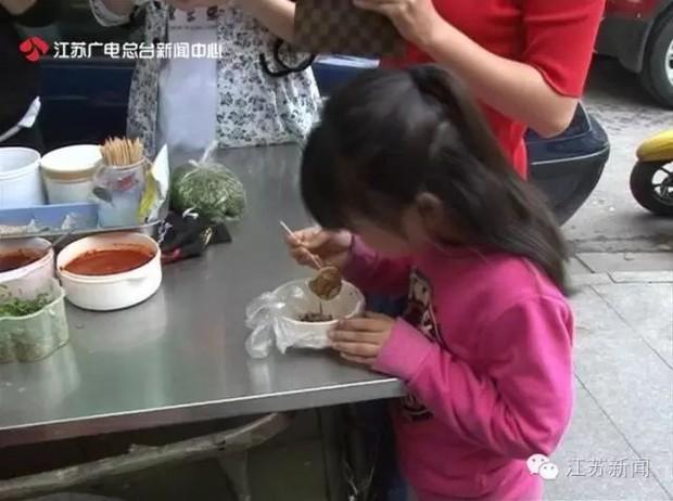 Bé gái 5 tuổi có ngực nổi cục, dậy thì sớm vì bố mẹ thường xuyên cho ăn món mà rất nhiều người Việt cũng nghĩ là bổ dưỡng - Ảnh 4.