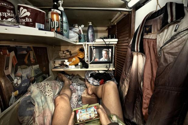 Bên trong nhà lồng chật hẹp giống như quan tài ở Hong Kong - Ảnh 5.