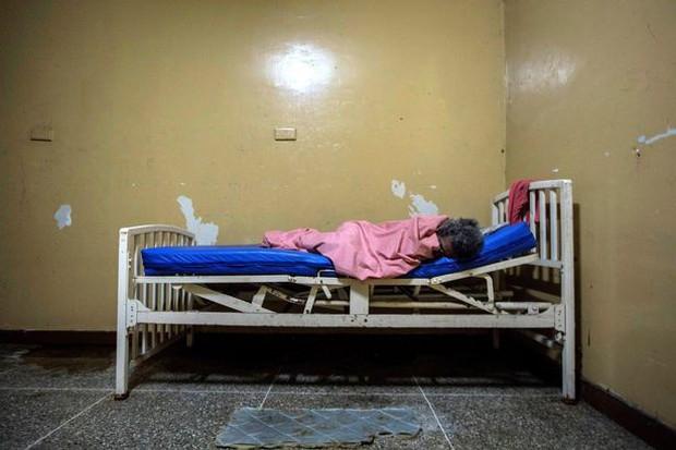 Địa ngục trần gian bên trong bệnh viện tâm thần ở Venezuela: Bệnh nhân nằm la liệt, bị bỏ mặc trong căn phòng ngập phân và rác thải - Ảnh 5.