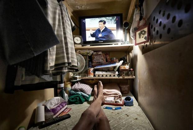 Bên trong nhà lồng chật hẹp giống như quan tài ở Hong Kong - Ảnh 9.