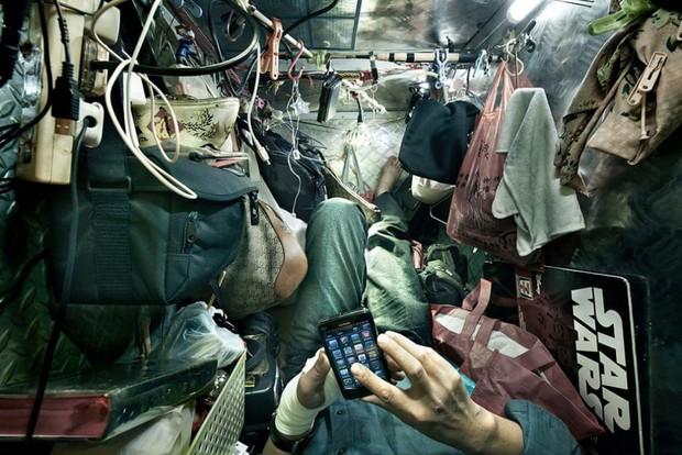 Bên trong nhà lồng chật hẹp giống như quan tài ở Hong Kong - Ảnh 10.