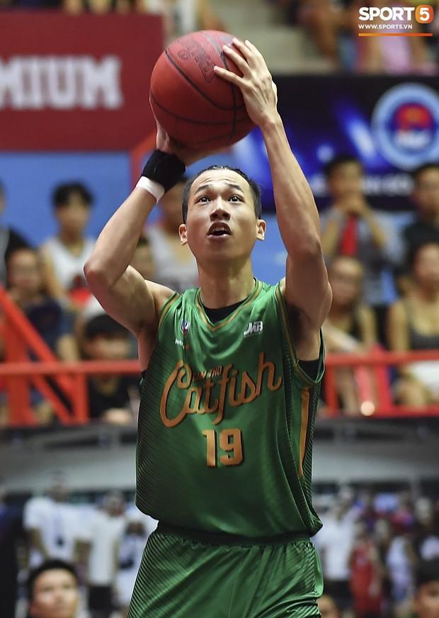 Siêu phẩm của rapper Phương Kào trình làng sau cú ném 3 đầu tiên của Cantho Catfish trước Thang Long Warriors - Ảnh 2.