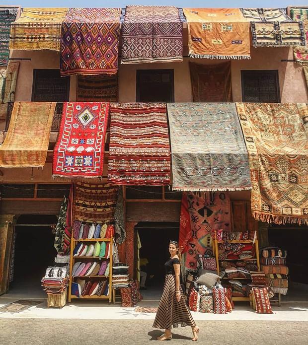 """Mặc trời nóng 46 độ, """"chị Ba"""" Ngô Thanh Vân quyết sang châu Phi khám phá chợ trời nức tiếng Maroc và ngồi… buôn dép - Ảnh 8."""