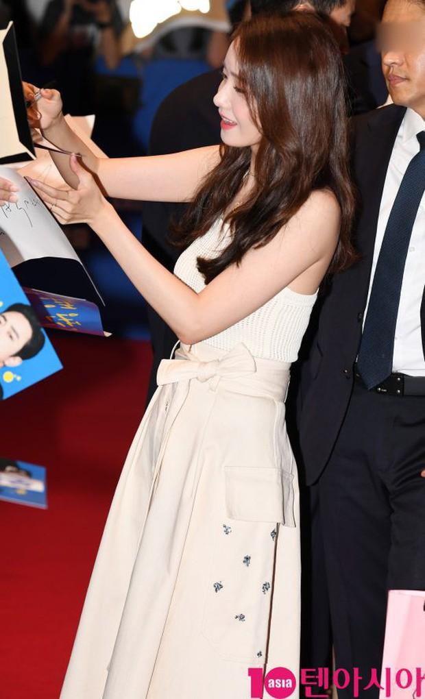 Thảm đỏ showcase gây sốt: Yoona diện áo ren lồ lộ nội y, đẹp rạng rỡ bên chồng ca sĩ Hậu duệ mặt trời - Ảnh 2.