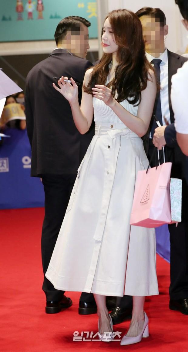 Thảm đỏ showcase gây sốt: Yoona diện áo ren lồ lộ nội y, đẹp rạng rỡ bên chồng ca sĩ Hậu duệ mặt trời - Ảnh 3.