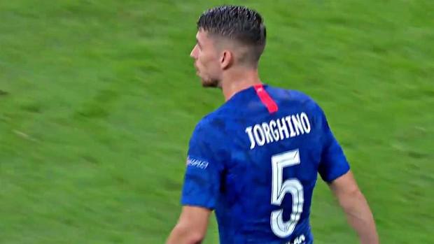 Siêu cúp châu Âu: Tiền vệ Chelsea tung tăng thi đấu mà không biết mình đang cosplay người khác vì sai sót của nhân viên in áo - Ảnh 1.