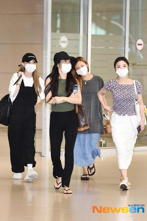 Không biến sân bay thành sàn diễn, Hwasa ăn vận xuề xòa như bà thím mà vẫn được netizen Hàn bênh vực - Ảnh 2.