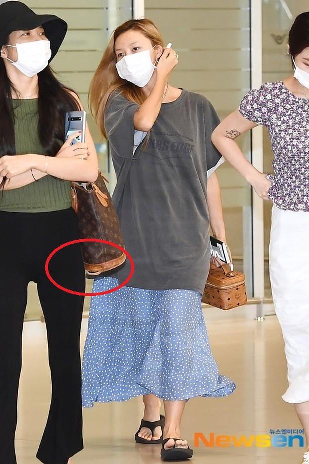 Không biến sân bay thành sàn diễn, Hwasa ăn vận xuề xòa như bà thím mà vẫn được netizen Hàn bênh vực - Ảnh 4.