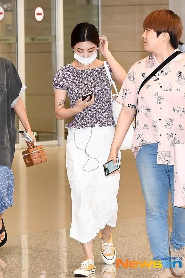 Không biến sân bay thành sàn diễn, Hwasa ăn vận xuề xòa như bà thím mà vẫn được netizen Hàn bênh vực - Ảnh 5.