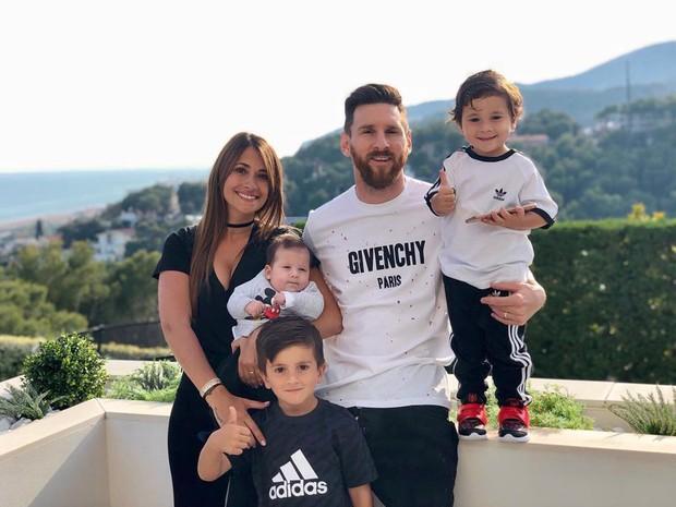 Cậu ấm nhà Messi có biểu cảm cực ngầu, mới 3 tuổi đã được các fan khen tới tấp vì có tư chất giống hệt bố - Ảnh 2.