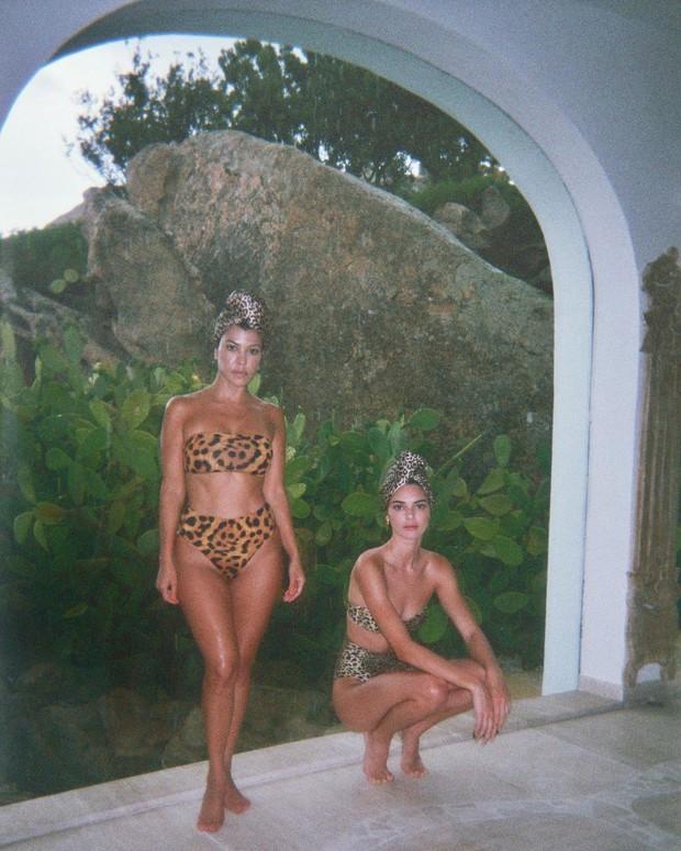 Chị em Kardashian diện bikini đọ sắc: Đôi chân của Kendall cực phẩm đến mức khiến Kourtney chỉ còn biết tựa cằm, co ro - Ảnh 1.
