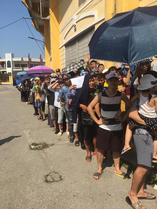 CĐV Nam Định đội nắng xếp hàng mua vé trận đấu với Quảng Nam: Bà bầu cũng máu lửa, có người bị vợ mắng cũng bất chấp - Ảnh 3.