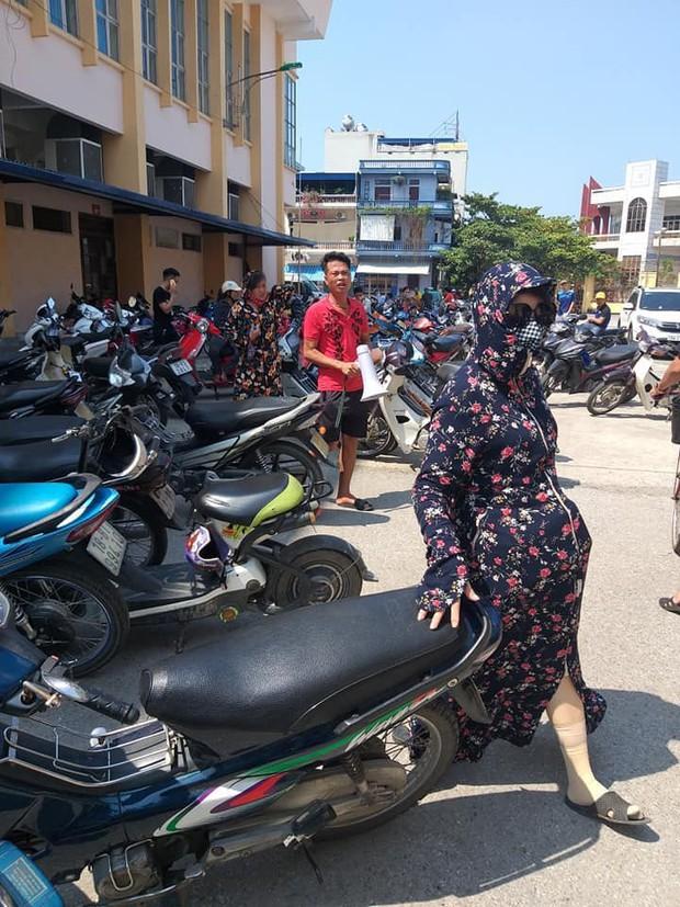 CĐV Nam Định đội nắng xếp hàng mua vé trận đấu với Quảng Nam: Bà bầu cũng máu lửa, có người bị vợ mắng cũng bất chấp - Ảnh 2.