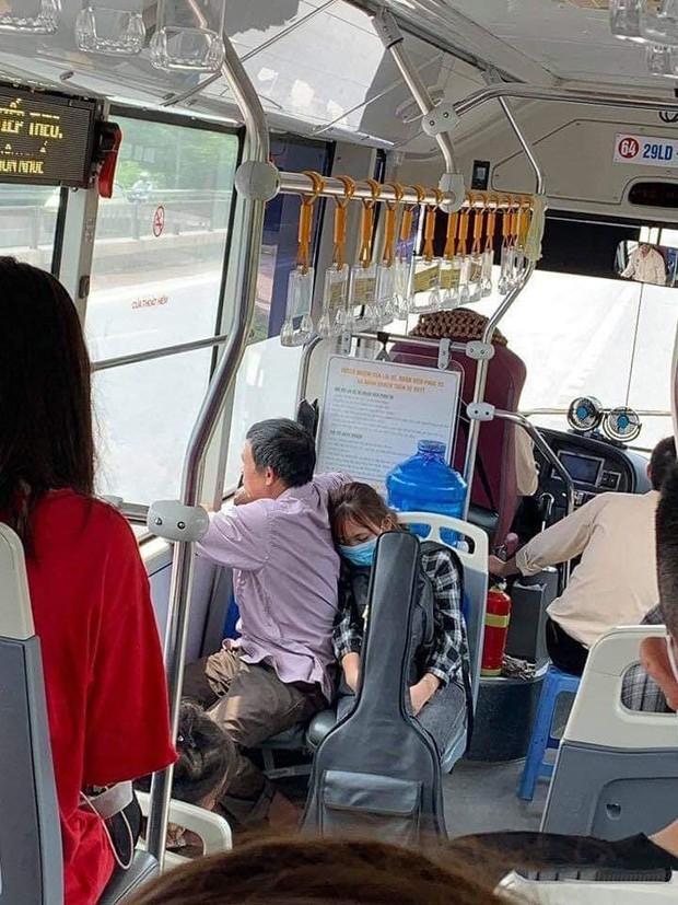 Xúc động cảnh con gái ngủ gục vào lưng bố trên chuyến xe bus nhập học: Ngủ đi con, mai chỉ còn mình con trên thành phố thôi đấy! - Ảnh 1.