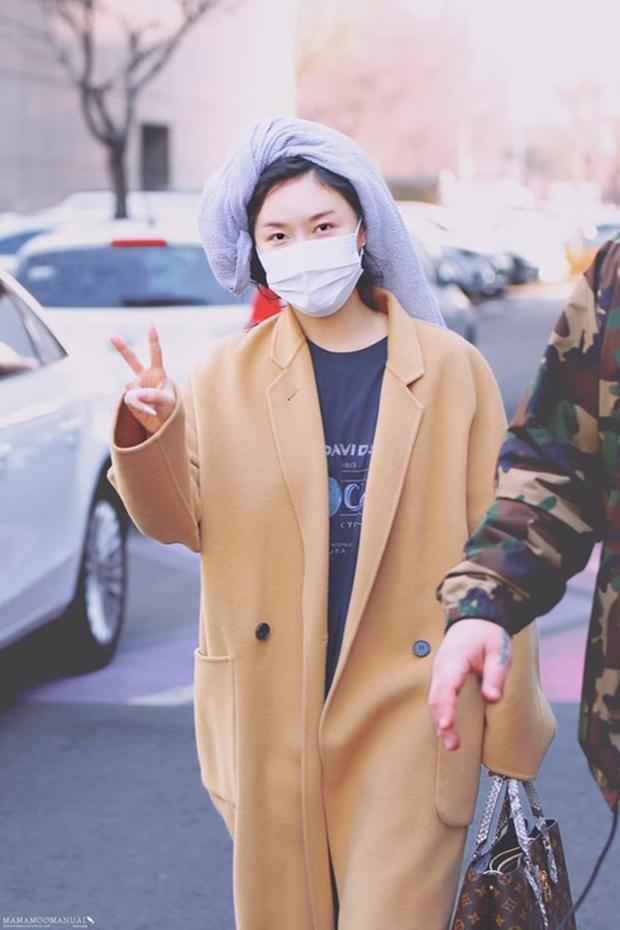 Không biến sân bay thành sàn diễn, Hwasa ăn vận xuề xòa như bà thím mà vẫn được netizen Hàn bênh vực - Ảnh 9.