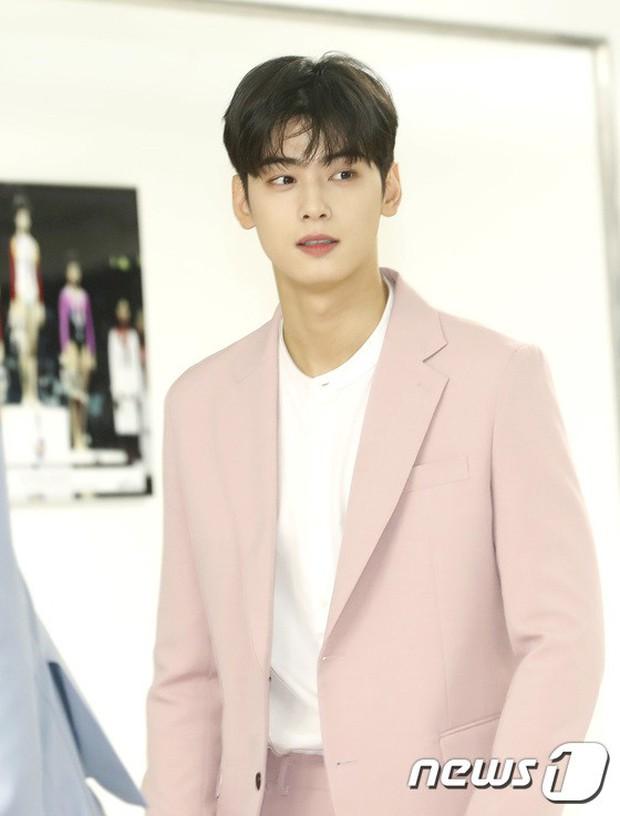 Thảm đỏ hội tụ quân đoàn 70 idol: Park Bom bị nữ thần dao kéo lấn át, dàn nam thần đẹp trai nhất Kpop đụng độ cực gắt - Ảnh 17.