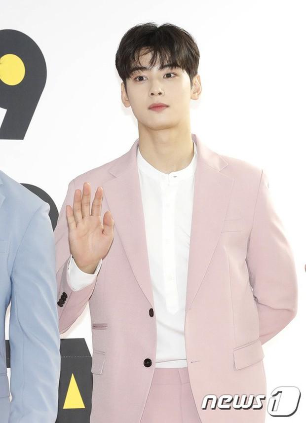 Thảm đỏ hội tụ quân đoàn 70 idol: Park Bom bị nữ thần dao kéo lấn át, dàn nam thần đẹp trai nhất Kpop đụng độ cực gắt - Ảnh 16.